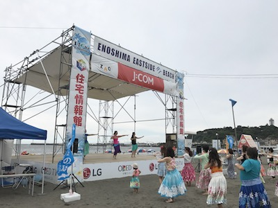江ノ島をバックにビーチで楽しむ朝フラ!@片瀬海岸