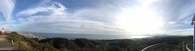 左端に江ノ島、右端に富士山