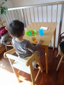 子ども用の椅子やお皿、カトラリーもあります。