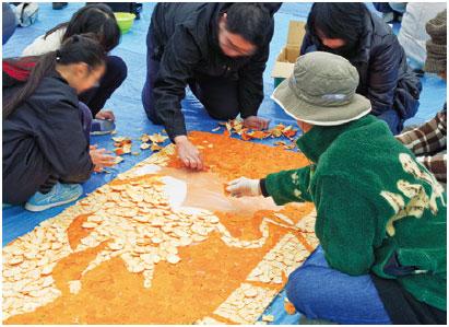 約100人参加 葛飾北斎画をみかんの皮でモザイクアートに