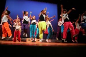 英語で演技、歌、ダンス! 英語...