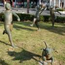 クレヨンしんちゃんの街・春日部にあふれる彫刻21体の理由は…