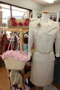 リサイクルショップたんぽぽさんの商品、スーツやお花のバッグ