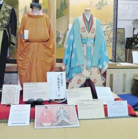 [青梅きもの物博物館]十二単の雅子さまの横で記念写真♪