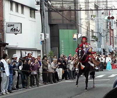 見てびっくり!! アスファルトを疾走する馬と地元民御用達のお店