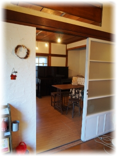 隣の部屋はカフェコーナーになってます