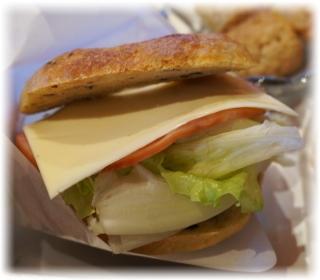 こちらが「ハム&チーズサンド」