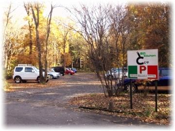 駐車場はお店と道を挟んだ対面側にあります