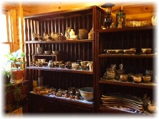 入り口の右手奥にある焼物の展示