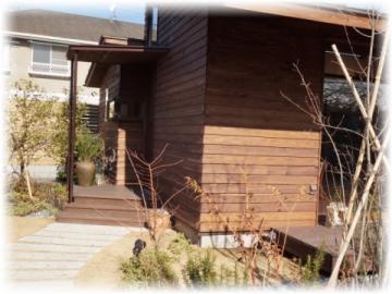 お庭を通って駐車場の対面、コチラが入り口です