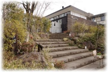 広い通りに面した入り口の階段