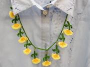 手編みで作った春らしい色合いのネックレス
