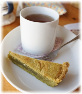 お菓子は抹茶とホワイトチョコのタルト