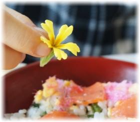 ちらし寿司の中央の花は食用花なので食べられます