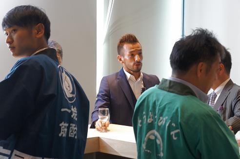 N-Barで日本酒を楽しむ中田さん