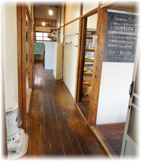 玄関から奥へと続く廊下