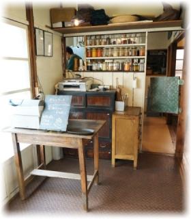 左奥が厨房、手前はレジ