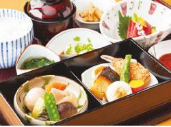 新横浜プリンスホテル 40階「日本料理 羽衣」で は、5種類から選べる「平 日限定ランチ」(1700円か ら
