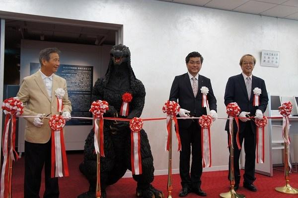 オープニングセレモニーで。左から、川北監督、ゴジラ、塚本副学長、大森監督
