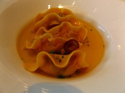 透き通った鴨のスープに浮かぶのは、餃子のような形のラビオリ! 食べてみると、外はモチモチ。中には滑らかなペースト状の鴨肉がぎっしり。鴨レバーとスパイスで、味わい深く、しっとりとした食感。そこにカリカリの北京ダックがトッピングされています。