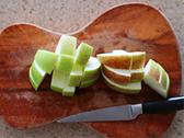 りんごは皮をむかずにイチョウ切りにする。
