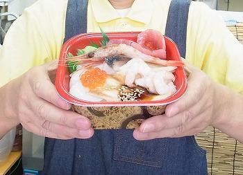 全て500円(+税)! 「丼丸大宮店」の海鮮丼は、値段・ボリュームともに大満足