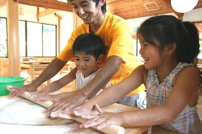 陶芸、藍染め、せんべい焼き…。親子で手作り体験してみよう!
