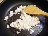 フライパンにごま油を熱し、豆腐を崩しながら炒める。