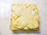 スケッパーなどで模様をつけて、砂糖(分量外)を少し振り、うっすら焼き目がつくまでトースターで長めに焼く。