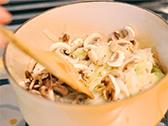 鍋にオリーブオイルを熱し、食材を全て入れてよく炒める。