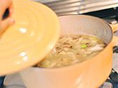 ブイヨンを注ぎ、蓋をして10分程煮込み、塩・コショウで味を調える。