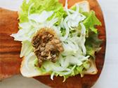 食パンにマスタードをぬり、さらにレタス、玉ねぎ、牛肉をのせて粗挽きコショウをふり、最後に食パンをもう一枚のせてサンドする。
