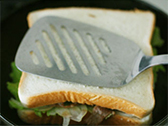 フライパンに(3)のパンをのせて、中火で、両面こんがりと焼く。