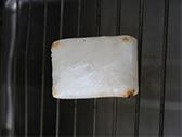もちをトースターまたは、魚グリルで両面、こうばしく焼く。
