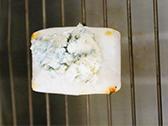 (1)のもちにブルーチーズをのせて、さらにチーズがとけるまで、1分ほど焼く。
