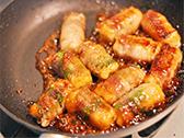調味料を合わせ、フライパンに回しかける。調味料がからみ、照りが出てきたら、できあがり。
