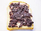 食パンの上に餡子を塗り、バターを散らす。