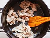 鍋にオリーブオイルをいれて、一口大にきった肉を炒める。