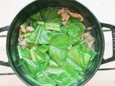 ざく切りにした小松菜をいれる。