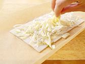 ちりめんじゃこ、白ネギ、チーズ、海苔をトッピングして、オーブントースターでチーズに焦げ目が付くまで焼成する。