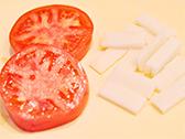 トマトは輪切りにする。もちは包丁で薄くスライスしておく。