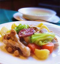肉と野菜をじっくり煮込み、スープにはパスタを入れ、別皿で肉や野菜を楽しむ「コッシード」