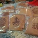 昔ながらの素朴な味。手焼きにこだわる神戸「亀栄堂」の瓦煎餅