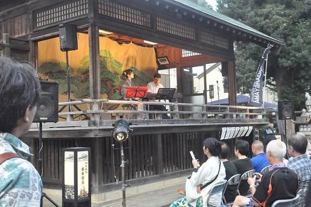5日(土)は浅間神社でも行灯の明かりの中でライブ