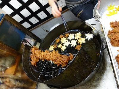 秋の味!箕面名物もみじの天ぷらは、創業明治34年の「桃太郎」で