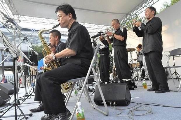 漫響楽団のジャズ演奏、トランペットとサックスでホームランも参加