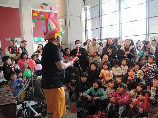 流山市文化会館のホワイエで大道芸を披露