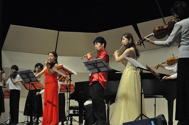 ヴァイオリンの鷲見恵里子さんやSFS合奏団と一緒に
