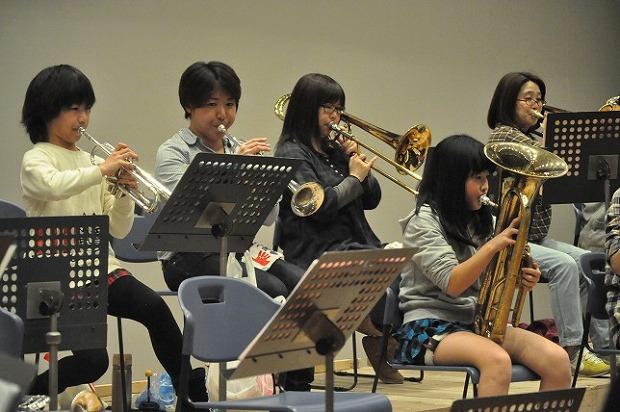 バンド結成当時3歳だったお嬢さんと一緒にトランペットを吹く平田さん親子