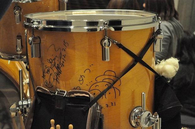 メンバーのドラムに梅津和時さんやおおたか静流さんのサインも